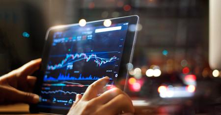 사업가 밤 배경 태블릿에 주식 시장 데이터를 검사 스톡 콘텐츠