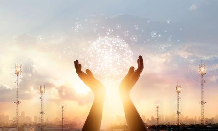 Science abstraite. Homme d'affaires touchant la connexion réseau mondial cercle et échanges de données dans le monde entier sur fond de coucher de soleil ville Concept de mise en réseau et de technologie