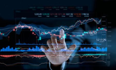 Zakenman wat betreft aandelenmarktgrafiek op een virtuele het schermvertoning. Stockfoto