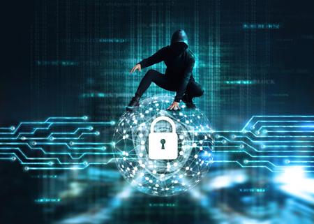 Conceito de ataque cibernético, hacker de crime cibernético na rede global de círculo com o ícone de bloqueio e escudo dentro, um código digital em fundo escuro