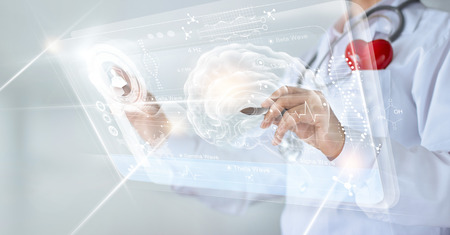 Médico que verifica o resultado do teste do cérebro com a interface do computador, tecnologia inovadora no conceito de ciência e medicina