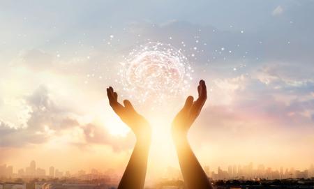 Manos abstractas de palma tocando el cerebro con conexiones de red, tecnología innovadora en ciencia y comunicación, concepto