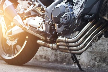 현대 오토바이 및 거리 배경에 배기 세부 사항