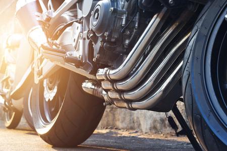거리 배경에 현대 오토바이 및 배기 세부 주차 스톡 콘텐츠 - 91269087