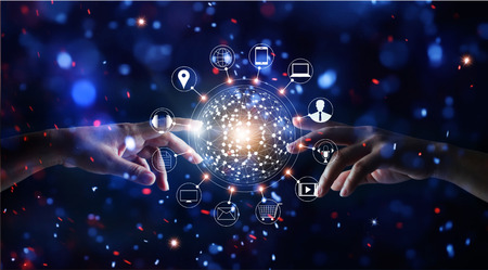 Mani che toccano il collegamento globale e gli scambi di dati del cliente dell'icona della rete sul fondo variopinto delle luci intense di scintillio Archivio Fotografico