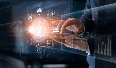 Sicherheitsinformationssicherheit und -verschlüsselung der globalen Vernetzung der Technologie des Geschäftsmannes rührende mit Ikone auf virtuellem Schirm