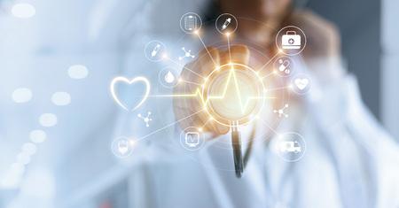 Médecine de médecine et stéthoscope dans la main toucher la main réseau tactile icône avec le concept de réseau médical tablette virtuelle moderne de l & # 39 ; écran Banque d'images - 93621166