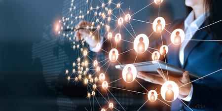 Geschäftsfrau, die globale Strukturvernetzung zeichnet und Kundenverbindung auf dunklem Hintergrund austauscht