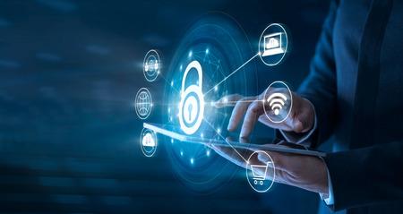 Homme d'affaires utilisant une tablette et configuré une connexion réseau avec bouclier pour se protéger des cyberattaques. Concept de système de sécurité réseau