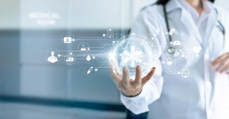 Technologie Innovatie en geneeskunde concept. Arts en medische netwerkverbinding met moderne virtuele het scherminterfacein ter beschikking op het ziekenhuisachtergrond