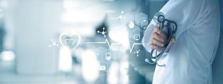 Doutor da medicina com estetoscópio à disposição e conexão de rede médica do ícone na relação da tela virtual. Moderna tecnologia médica e conceito de inovação