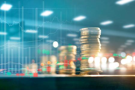 Concepto de inversión financiera y empresarial. Gráfico y filas con crecimiento estadístico de monedas en la mesa. Foto de archivo