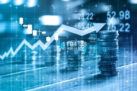 Concepto de finanzas y negocios. Gráfico de inversión y crecimiento de filas y de monedas en la mesa, tono de color azul.
