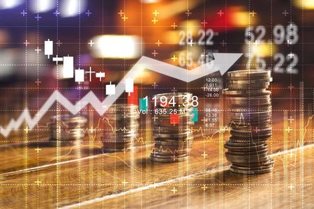 Financiën en bedrijfsconcept. Investeringsgrafiek en rijengroei en van munten op tafel