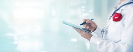 médico de la medicina y el estetoscopio que toca la conexión en la comunicación de la red de conexión en la pantalla en la tableta digital en el fondo del hospital. datos y concepto de red de tecnología