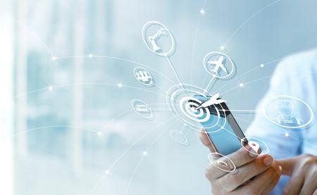 Industrie 4.0 concept, Zakenman die smartphone met pictogramdoel en gegevensnetwerkuitwisseling in productietechnologieën op virtuele moderne interface gebruiken. Stockfoto - 97145250