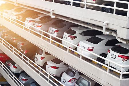 Parkeren auto's dek niveaus en rijen in hoog gebouw in de stad