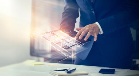 Le marketing numérique. Homme d'affaires à l'aide de paiements d'interface modernes achats en ligne et connexion réseau icône client sur écran virtuel. Concept de technologie d'innovation commerciale