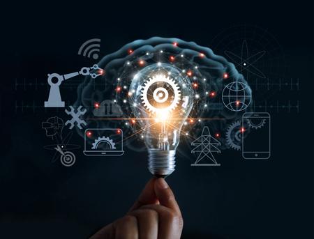 Mano que sostiene la bombilla y el engranaje interior y la conexión de red del icono de innovación en el fondo del cerebro, tecnología innovadora en ciencia y concepto industrial