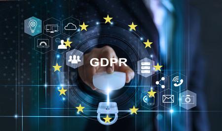 Datenschutzkonzept. DSGVO. EU. Onlinesicherheit. Geschäftsmann, der Mauscomputer mit Vorhängeschlosssymbol und Internet-Technologie-Netzwerk auf blauem Hintergrund verwendet.