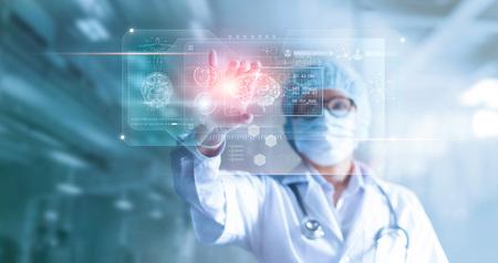Dokter, chirurg analyseert het resultaat van de hersentest van de patiënt en de menselijke anatomie op technologische digitale futuristische virtuele computerinterface, digitaal holografisch, innovatief in het concept van wetenschap en geneeskunde Stockfoto