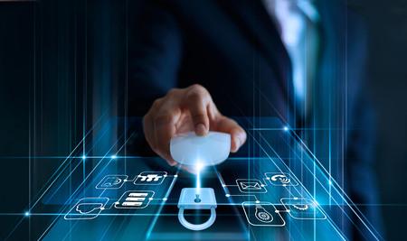 Datenschutzkonzept. DSGVO. EU. Onlinesicherheit. Geschäftsmann, der Mauscomputer mit Vorhängeschlosssymbol und Internet-Technologie-Netzwerk auf blauem Hintergrund verwendet. Standard-Bild