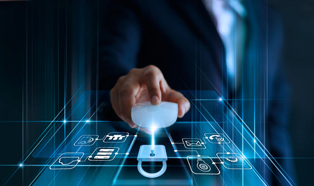Gegevensbeschermingsconcept. AVG. EU. Cybersecurity. Zakenman met muiscomputer met hangslotpictogram en internettechnologienetwerk op blauwe achtergrond. Stockfoto