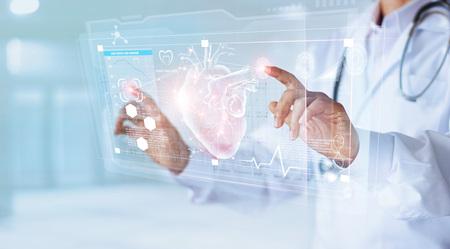Medico di medicina e stetoscopio toccando il cuore dell'icona e l'analisi diagnostica medica sulla connessione di rete dell'interfaccia dello schermo virtuale moderno Diagnostica della tecnologia medica del concetto di cuore Archivio Fotografico