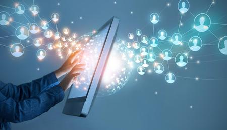 Geschäftsmann berührt globale Strukturvernetzung und Datenaustausch Kundenverbindung auf Schnittstelle digitaler Bildschirm, Technologiegeschäft und Kommunikation.