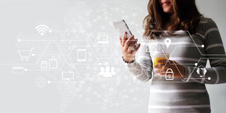 Mujer que usa pagos móviles, compras en línea y conexión de red de cliente de icono Marketing digital, banca móvil y omnicanal. Foto de archivo