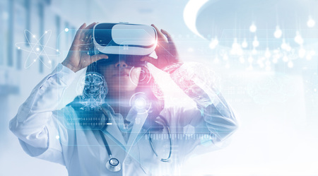 Concetto di tecnologia medica. Tecnica mista. Medico donna che indossa occhiali per realtà virtuale. Controllo del risultato del test cerebrale con l'interfaccia del simulatore, tecnologia innovativa nella scienza e nella medicina.
