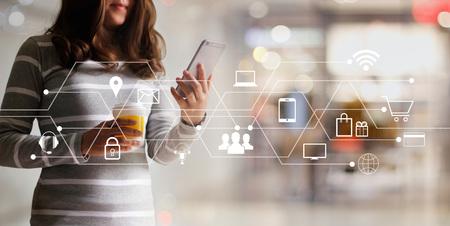Mujer que usa pagos móviles, compras en línea y conexión de red de cliente de icono Marketing digital, banca móvil y omnicanal.