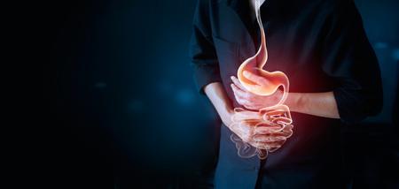 Hombre trabajador tocando el estómago, sufriendo dolor de estómago, enfermedad del sistema gastrointestinal durante el trabajo, causa de estrés laboral, concepto de atención de seguro médico Foto de archivo