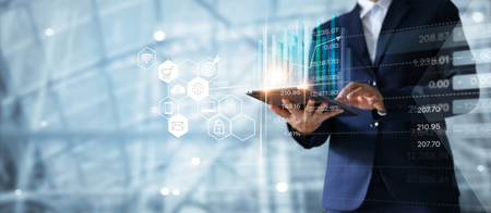 Empresario con tableta analizando datos de ventas y gráfico de crecimiento económico. Estrategia de negocios. Icono abstracto. Publicidad digital.