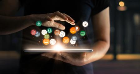 Digitales Online-Marketing-Handelsverkaufskonzept. Frau mit Tablet-Zahlungen Online-Shopping und Symbol Kundennetzwerk-Verbindung auf Hologramm virtuellen Bildschirm, M-Banking und Omni-Kanal.