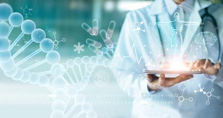 Doctor en medicina tocando la historia clínica electrónica en tableta. ADN. Conexión de red y atención médica digital en interfaz de pantalla virtual moderna de holograma, tecnología médica y concepto de red.