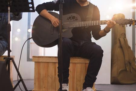 Guitarrista en el escenario y canta en un concierto de fondo, concepto suave y borroso