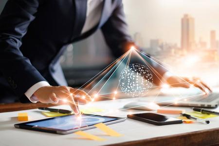 Hombre de negocios tocando la tableta y la computadora portátil. Gestión de redes de estructura global e intercambios de datos, conexión del cliente en el lugar de trabajo. Tecnología empresarial y concepto de red de marketing digital. Foto de archivo - 109472754