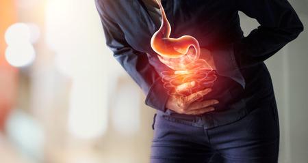 Vrouw die maagpijn aanraakt die lijden aan buikpijn veroorzaakt door menstruatie, maagzweer, blindedarmontsteking of gastro-intestinale systeemziekte. Gezondheidszorg en ziektekostenverzekering concept Stockfoto - 109472795