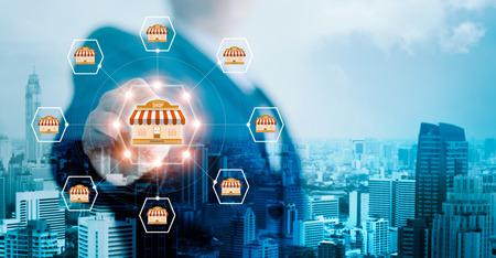 Globale Netzwerkverbindung der Geschäftsmannhandberührungsikone auf Franchise-Marketing-System auf Stadthintergrund. Marktzweig und Kunde. Modernes Technologiegeschäft. Blauton.