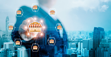 Mano di uomo d'affari toccando la connessione di rete globale icona sul sistema di marketing in franchising sullo sfondo della città. Filiale di mercato e cliente. Affari di tecnologia moderna. Tonalità blu.