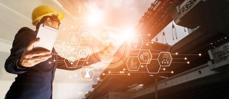 Ein futuristischer Architekt, Geschäftsmann, Industrie 4.0. Ingenieur Manager mit mobilem Smartphone mit Icon-Netzwerkverbindung auf Baustelle, Industrie und Innovation. Industrietechnologiekonzept.