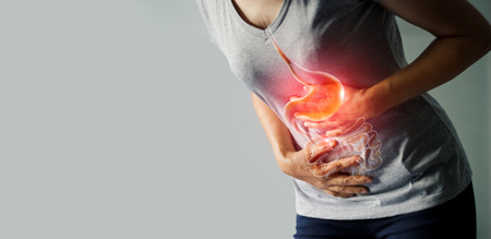 Vrouw die maagpijn aanraakt die lijden aan buikpijn veroorzaakt door menstruatie, maagzweer, blindedarmontsteking of gastro-intestinale systeemziekte. Gezondheidszorg en ziektekostenverzekering concept Stockfoto
