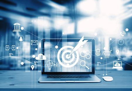 Digitaal marketingconcept. Blauwe toon. Modern laptopscherm met pictogrammarketing, succes en doelen, betalingen en netwerkverbinding op zakelijke technische achtergrond. Stockfoto