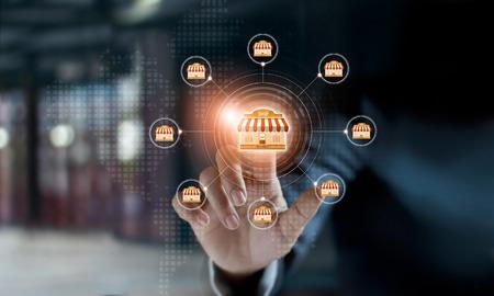 Globale Netzwerkverbindung der Geschäftsmannhandberührungsikone auf Franchise-Marketing-System. Marktzweig und Kunde. Modernes Technologiegeschäft.