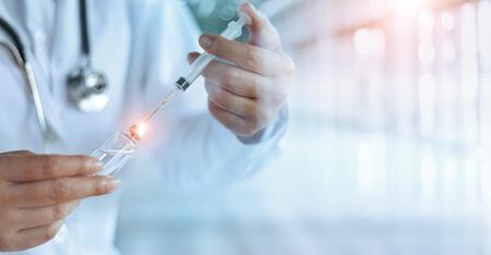 Geneeskunde arts en vaccin dosis griepprik drug spuit in laboratorium, microbiologie en farmaceutisch onderzoek, medische en gezondheidszorg. Stockfoto