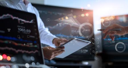Geschäftsteam, das zusammenarbeitet. Geschäftsmann, der Tablet zur Analyse von Datenbörsen im Überwachungsraum verwendet, wobei das Team auf die im Diagramm dargestellten Daten auf dem Symbolbildschirm, Devisenhandelsdiagramm, Online-Börsenhandel, Finanzinvestitionskonzept zeigt. Alle auf dem Laptop-Bildschirm sind designt.