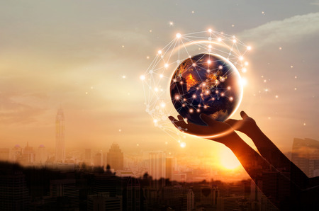 La science abstraite, les mains touchant la terre et la communication de connexion au réseau mondial en cercle sur fond coucher de soleil, technologie et innovation.