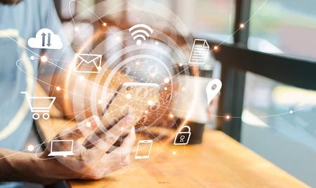 Abstraktes digitales Marketing. Mann, der mobile globale Netzwerkverbindung und Symbolkunden auf dem Bildschirm verwendet. Social Media, Networking und Business-Technologie Standard-Bild
