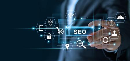 SEO Suchmaschinenoptimierung Marketingkonzept. Geschäftsmann, der das Wort SEO in der Hand hält und auf der Netzwerkverbindung sucht. Digitales Online-Marketing. Business-Technologie.